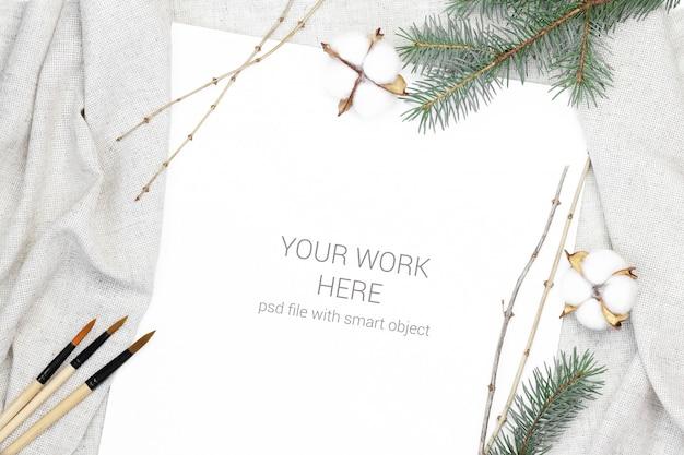 Cartão postal de maquete com pincel e algodão