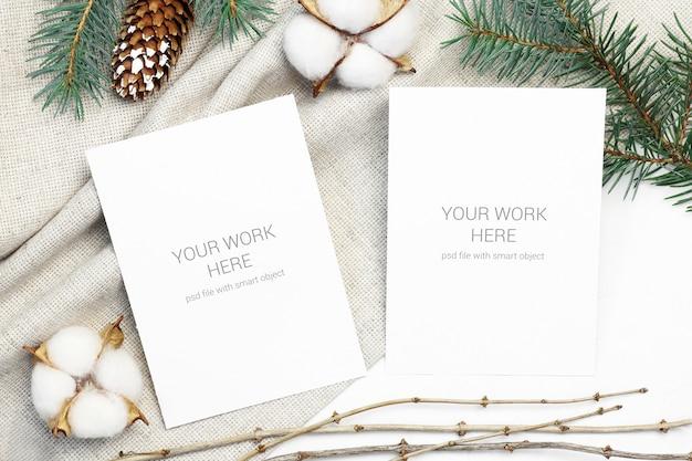 Cartão postal de maquete com ramo de algodão, cone e coníferas