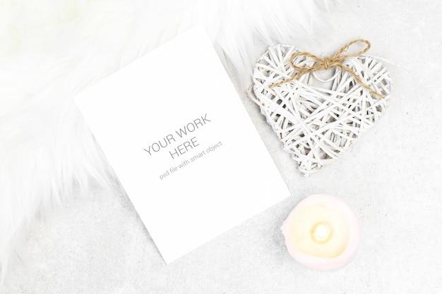 Cartão postal de maquete com vela e coração