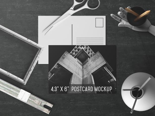 Cartão-postal preto e branco com maquete