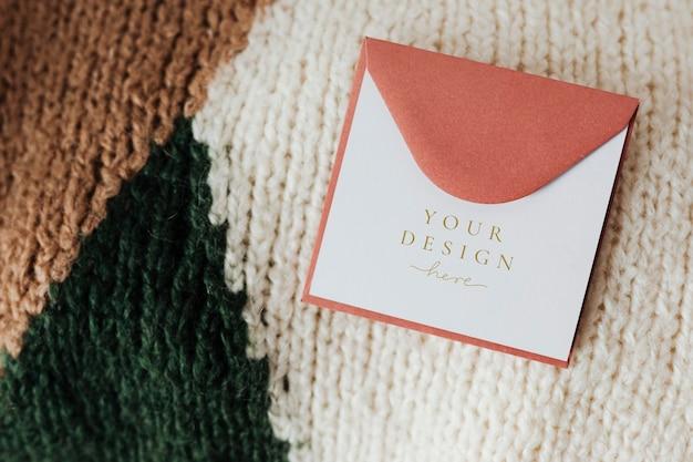 Cartão rosa em um suéter
