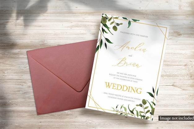 Cartão vertical 5x7 e maquete de envelope vermelho