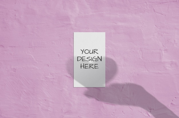 Cartão vertical branco em branco com sobreposição de sombra mão e coração. cartão de marca moderna e elegante mock up