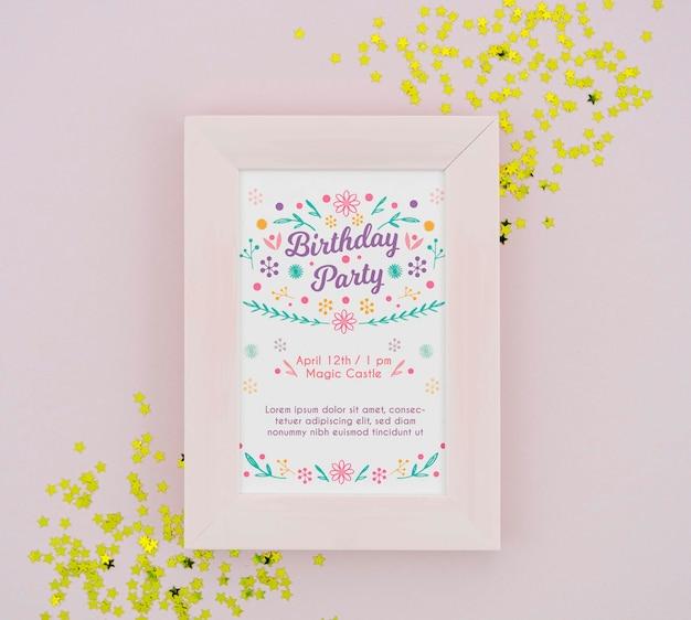 Cartaz de festa de aniversário em moldura com confete dourado