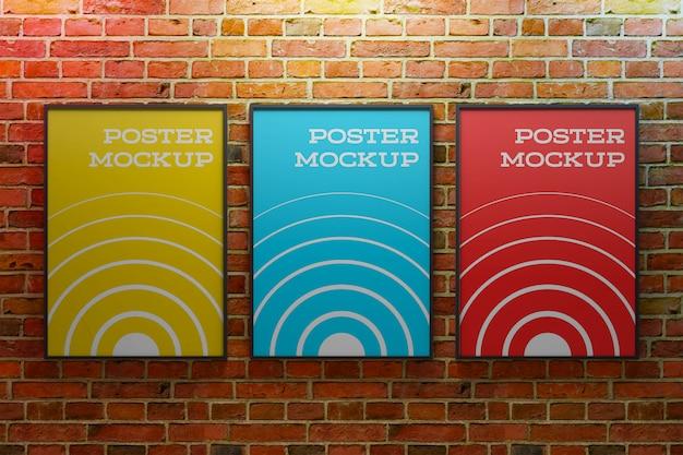 Cartaz dentro da maquete de moldura de foto em sala industrial de tijolos