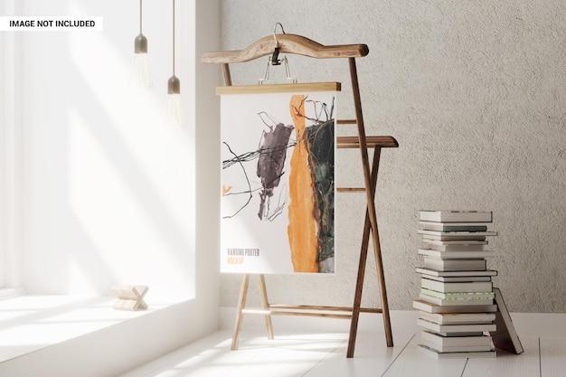 Cartaz pendurado em uma maquete de rack de madeira