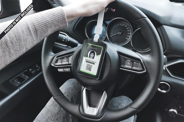 Carteira de identidade em um suporte de couro na maquete do volante