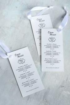 Cartões de convite vazio de maquete branco com fitas.