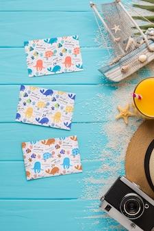 Cartões de verão plana leigos em cima da mesa com maquete