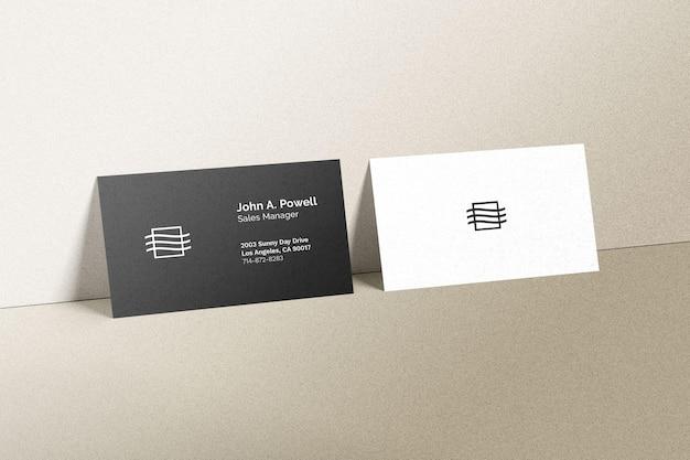 Cartões de visita colocados em uma maquete de parede