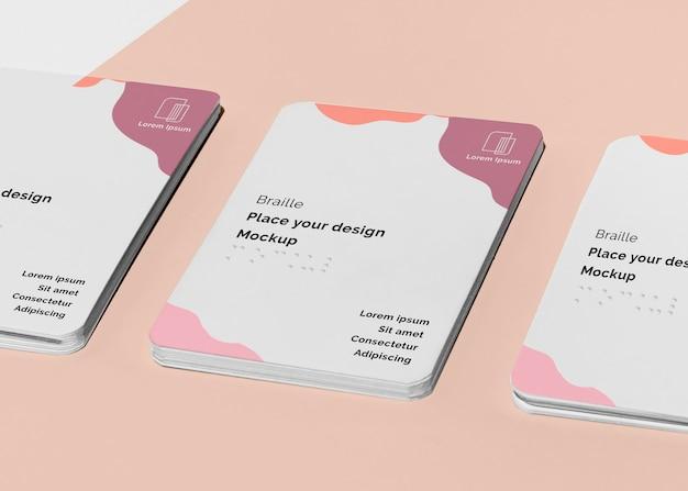 Cartões de visita de alto ângulo com braille