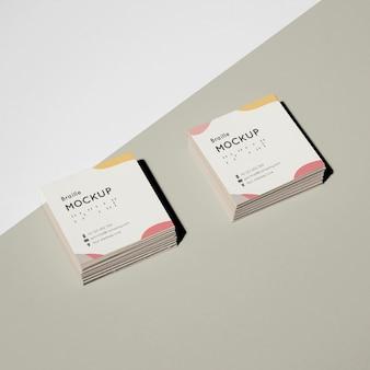 Cartões de visita de alto ângulo com modelo em braille em relevo