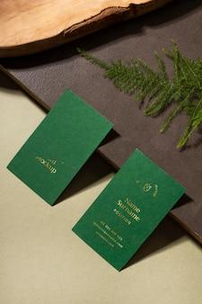 Cartões de visita de alto ângulo com planta