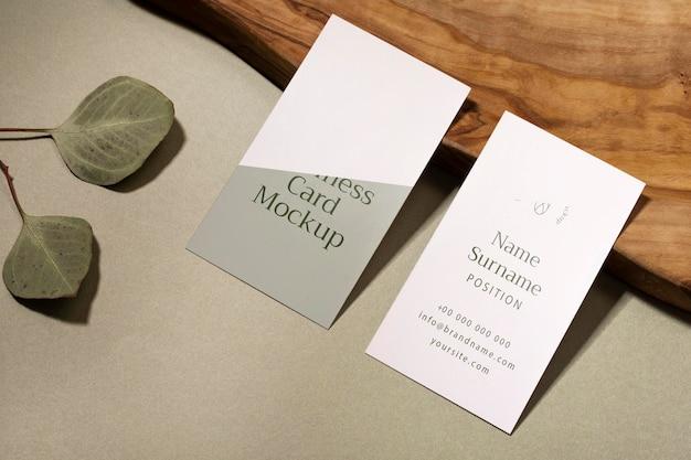 Cartões de visita de alto ângulo e folhas