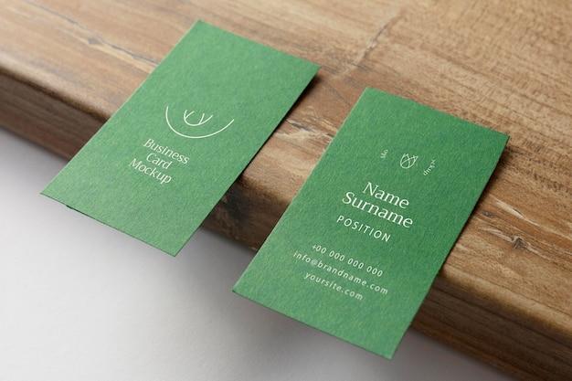 Cartões de visita de alto ângulo na placa de madeira