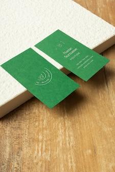 Cartões de visita de ângulo alto e mesa de madeira