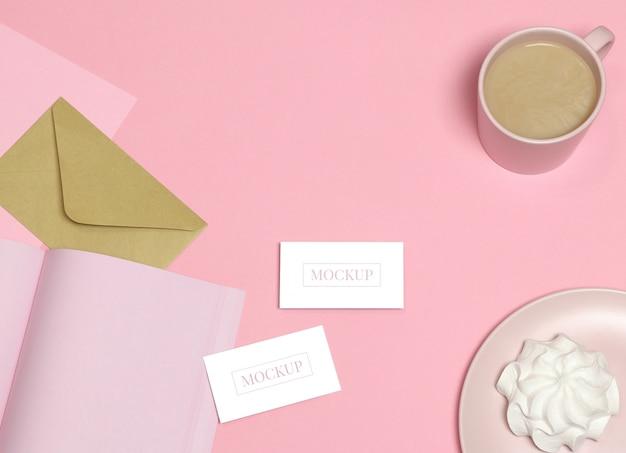 Cartões de visita de maquete no fundo rosa