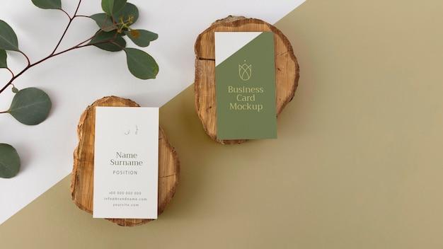Cartões de visita de vista superior em madeira