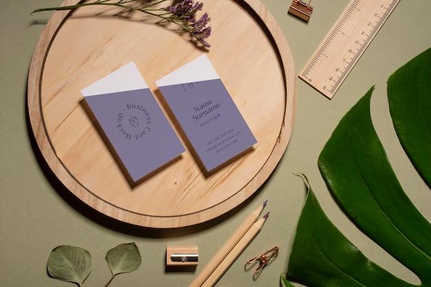 Cartões de visita de vista superior em peça de madeira