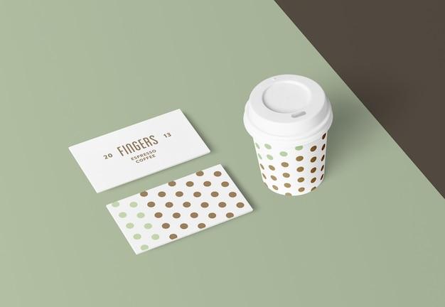 Cartões de visita e maquete de xícara de café
