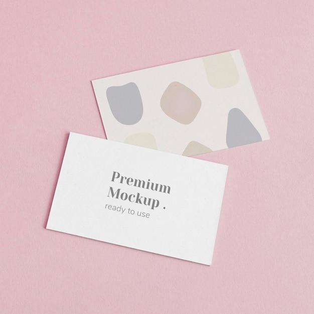 Cartões de visita em fundo rosa