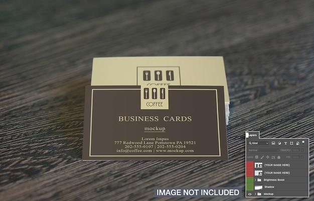 Cartões de visita na maquete de mesa de madeira