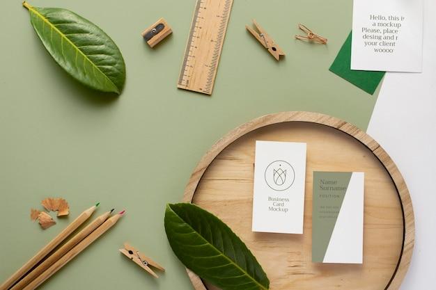 Cartões de visita na placa de madeira plana lay