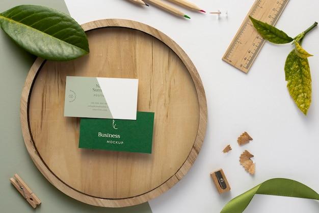Cartões de visita na placa de madeira