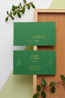 Cartões de visita planos com peça de madeira