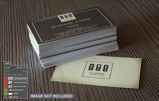 Cartões de visita simples na maquete de superfície de madeira