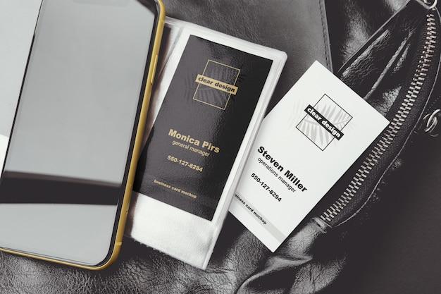 Cartões de visita verticais com maquete de cena de smartphone