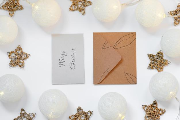 Cartões e envelope de maquete de natal branco