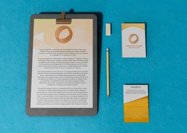 Cartões e papéis mock-up de contrato comercial