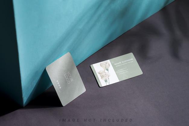 Cartões em branco sobre fundo duotônico com sombras
