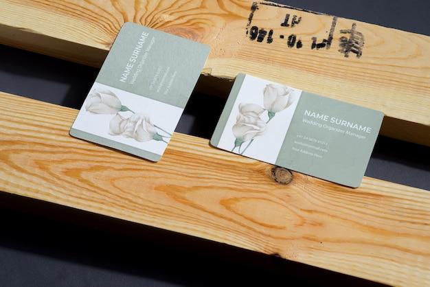 Cartões em branco sobre fundo preto e de madeira