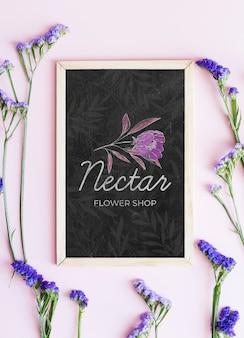 Casa de flor de néctar e flores azuis