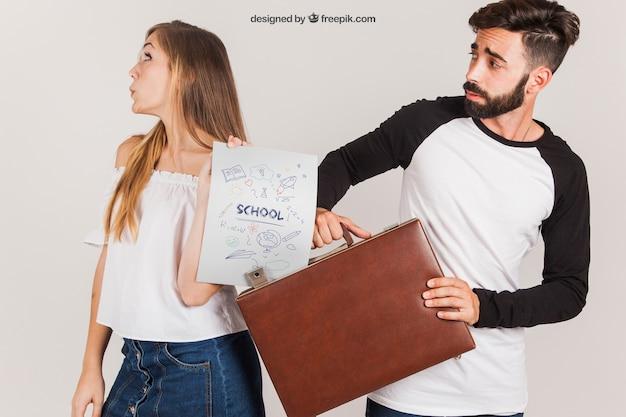 Casal com mala e papel