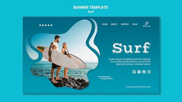 Casal com modelo de banner de pranchas de surf