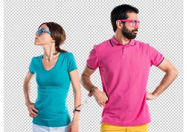 Casal em roupas coloridas com algemas