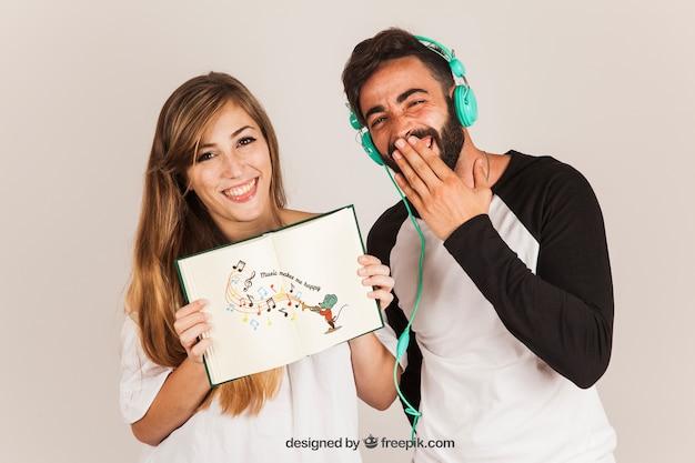 Casal engraçado apresentando livro