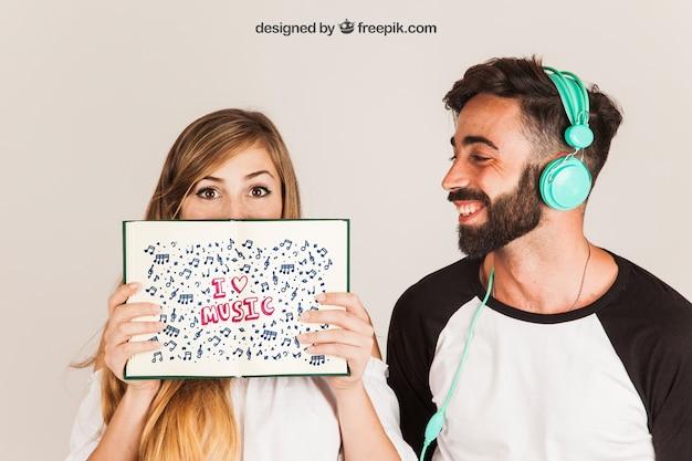 Casal feliz mostrando livro