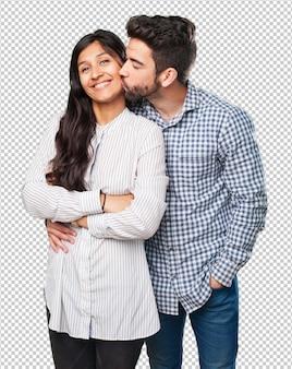 Casal legal sorrindo em branco