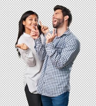 Casal louco se divertindo e dançando