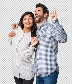 Casal maluco se divertindo e dançando