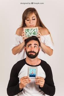 Casal mostrando quadros