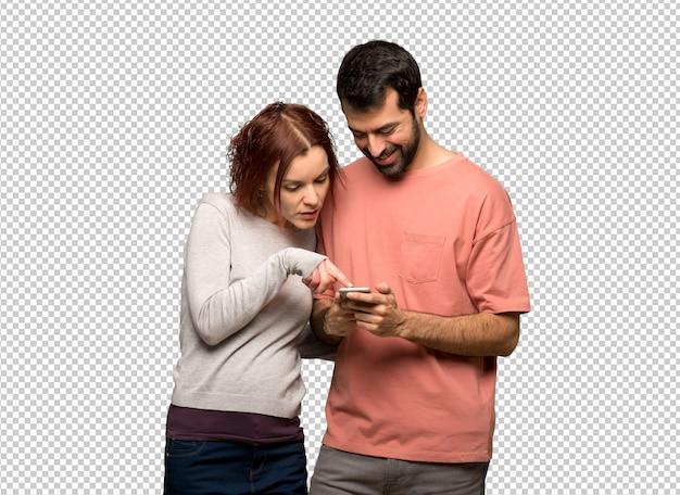 Casal no dia dos namorados, enviando uma mensagem com o celular