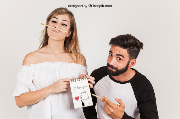 Casal que apresenta o bloco de notas