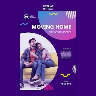 Casal se movendo em um novo modelo de panfleto em casa
