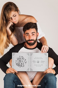 Casal segurando livro aberto