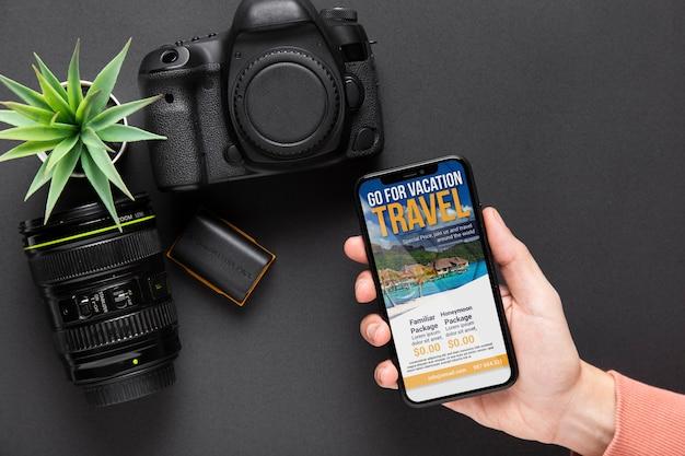 Celular ao lado de dispositivos de câmera